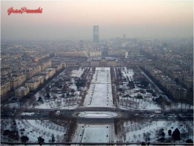 La panorámica de la ciudad de París desde lo alto de la Torre Eiffel permite observar toda la ciudad. En Blog de Viajes, Torre Eiffel, París