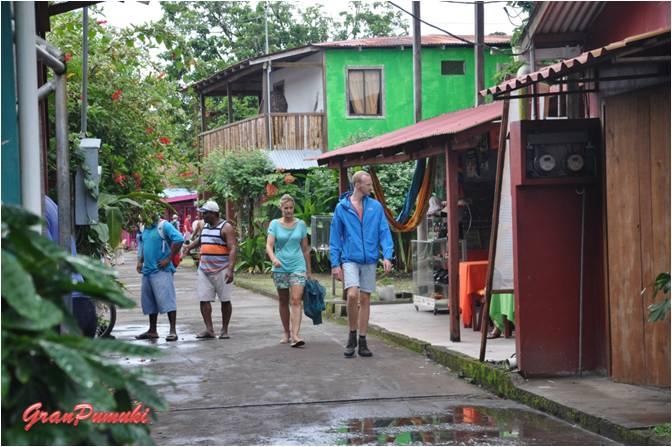 Paseando por las Calles del pueblo de Tortuguero