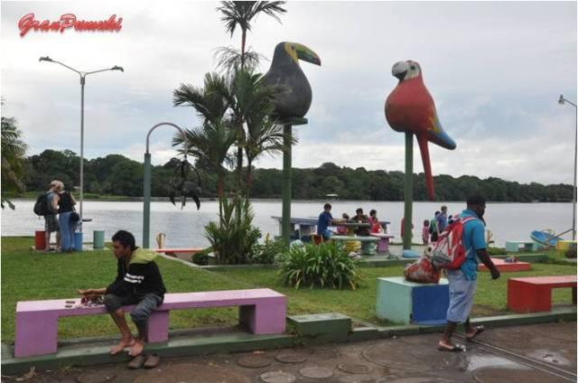 Parque público en Tortuguero, en él la gente descansa en un entorno tranquilo y agradable. En Blog de Viajes de Pumuki, Costa Rica, Tortuguero