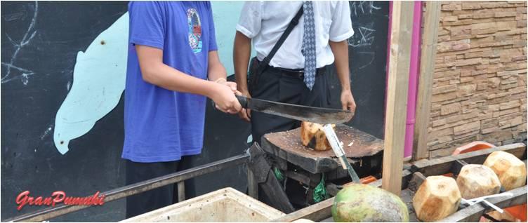Cortando cocos en Tortuguero