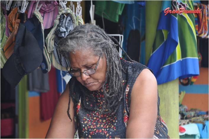 Habitante de Tortuguero dedicada a la artesanía