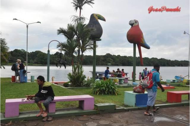 Plaza del pueblo de Tortuguero donde los niños juegan y las familias descansan. En blog de viajes, Tortuguero, Costa Rica con niños