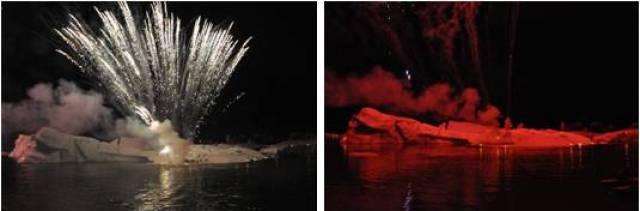 El hielo cambia de color por el efecto de los fuegos artificiales en Jokusarlón, Islandia