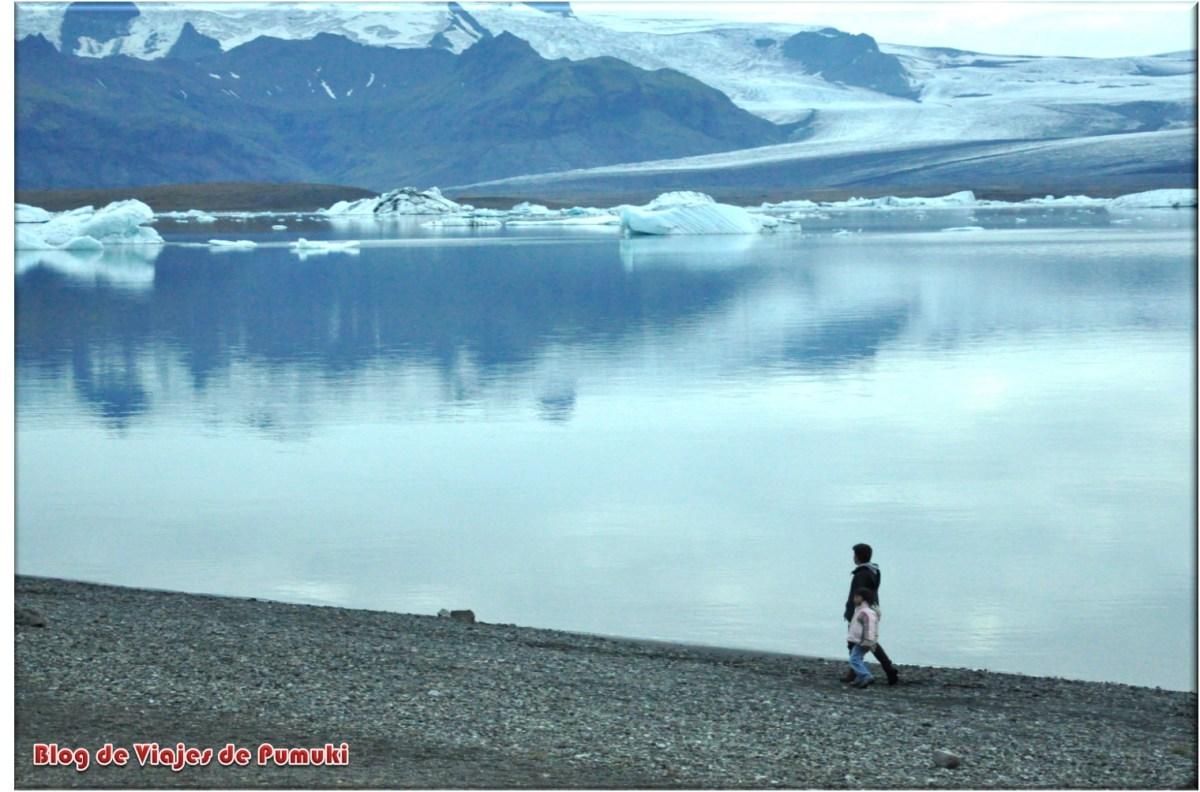 Paseando al atardecerl junto al lago glaciar de Jokusarlon