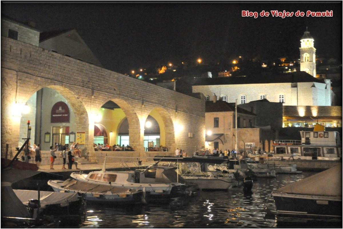Ambiente del puerto de Dubrovnik de noche