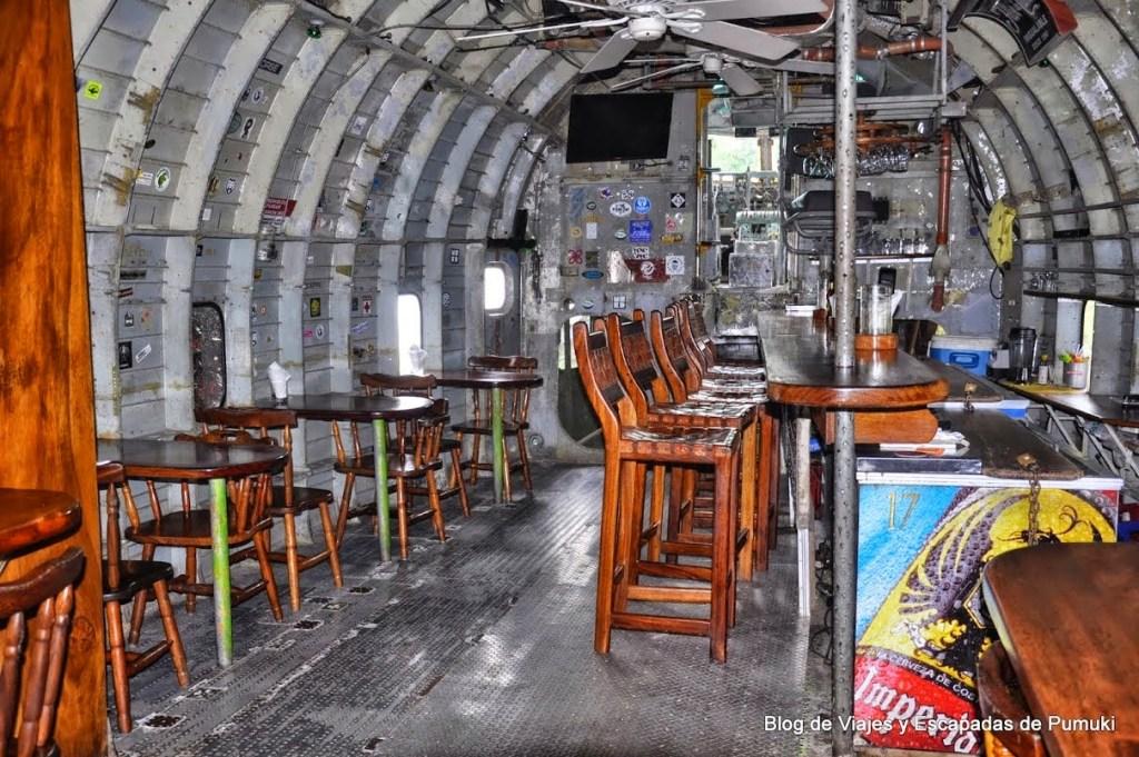 Barra de bar en el interior del Avión en Manuel Antonio