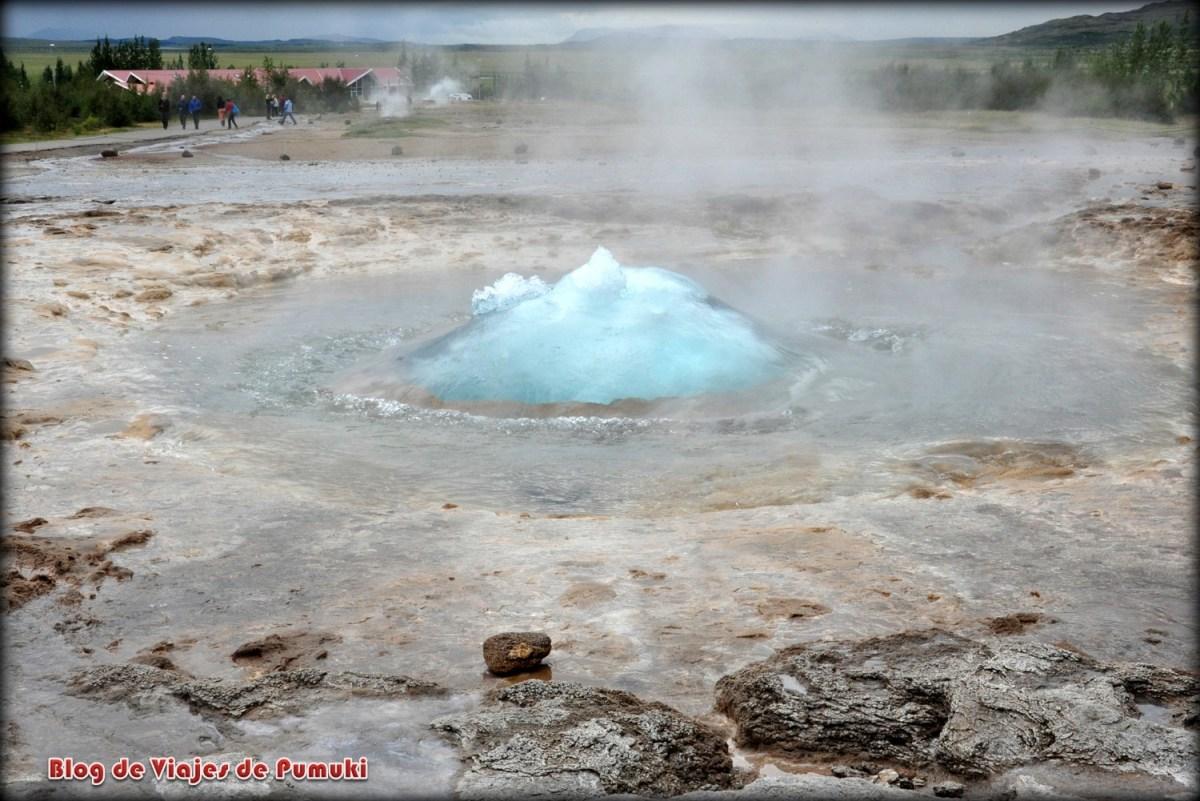 Geiser Strokkur al principio de la explosión naciendo en Geysir, Islandia
