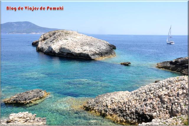 Islotes y aguas cristalinas junto a la costa de Bisevo