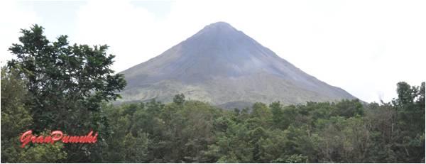 El volcán Arenal está muy pocas veces despejado, cuando esto sucede se pueden observar las fumarolas de sus cráteres. Mas en Blog de Viajes con niños en Costa Rica