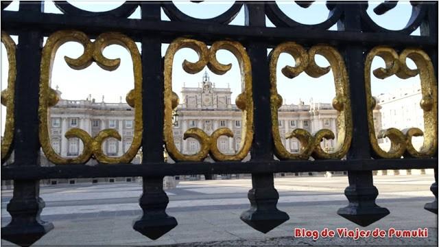 Paso por el Palacio Real de Madrid durante el recorrido en segway. Blog de viajes Madrid