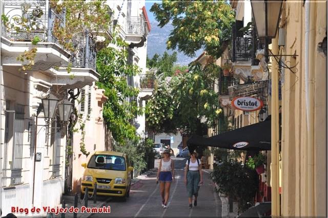 Las calles del Barrio de la Plaka son estrechas y pintorescas. Resultan mas frescas que el resto de Atenas en verano