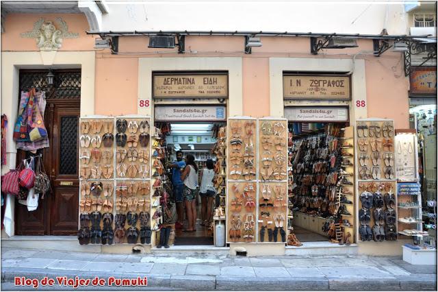 En la Plaka, hay multitud de tiendas de recuerdos, ropa, calzado, y artesanía en general. ¿Vamos de compras?
