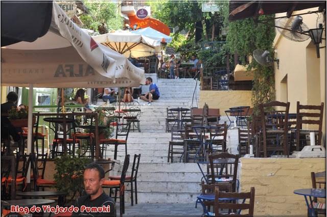 Hay multitud de restaurantes y oferta para comer en el barrio de la Plaka en Atenas