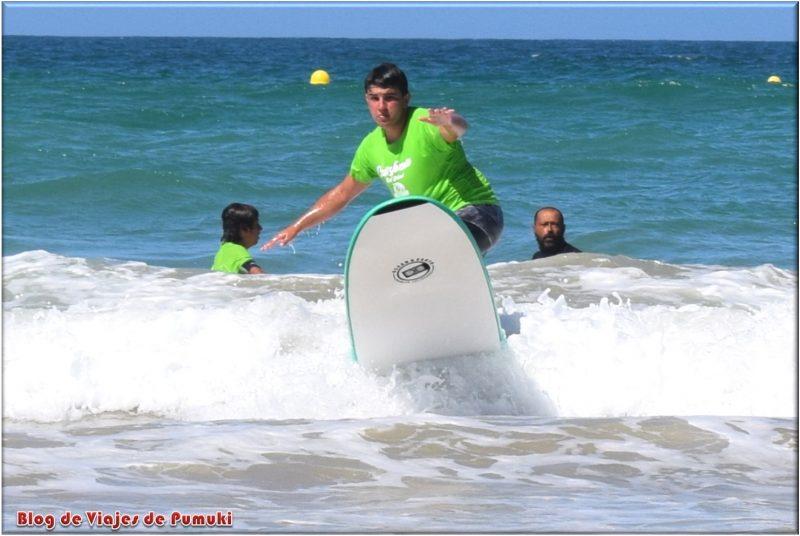 Practicando surf en Cádiz