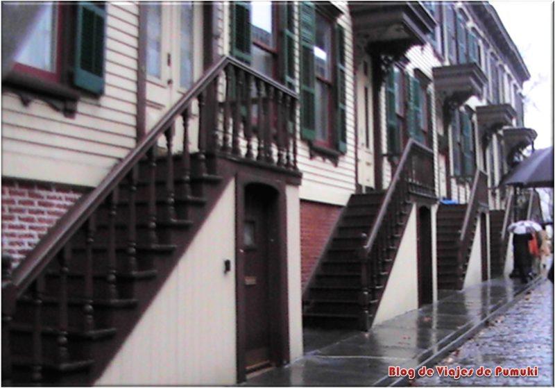 Casas con escaleras típicas del Harlem. Brown Stone Houses en Harlem, Nueva York