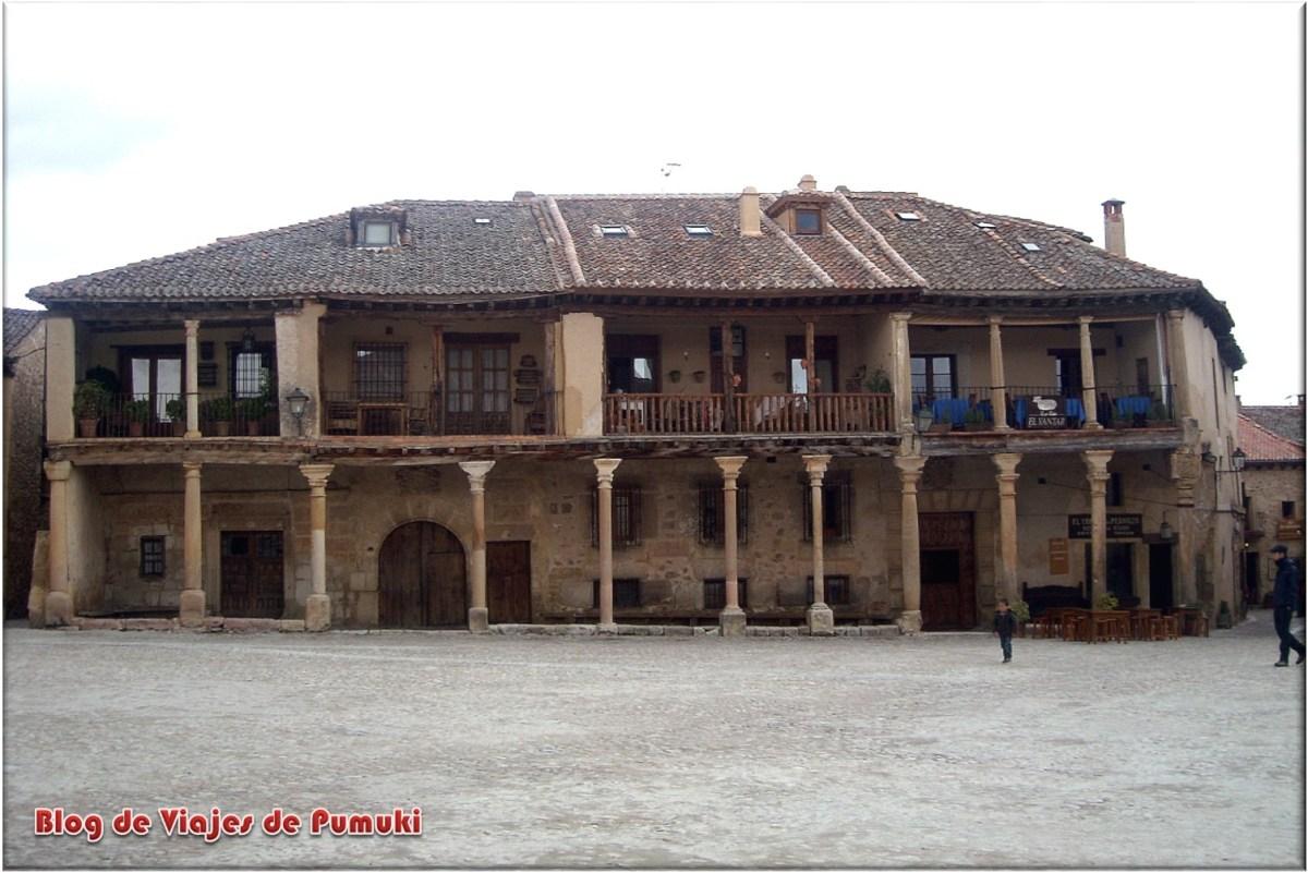 Fachada porticada de La Plaza Mayor de Pedraza