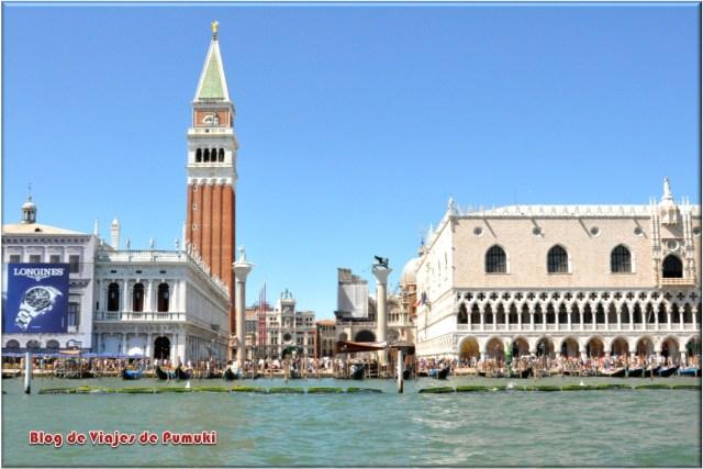El Campanile destaca en la Plaza de San Marcos de Venecia