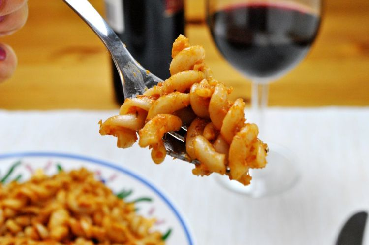 Makaron z sosem pomidorowym na czerwonym winie