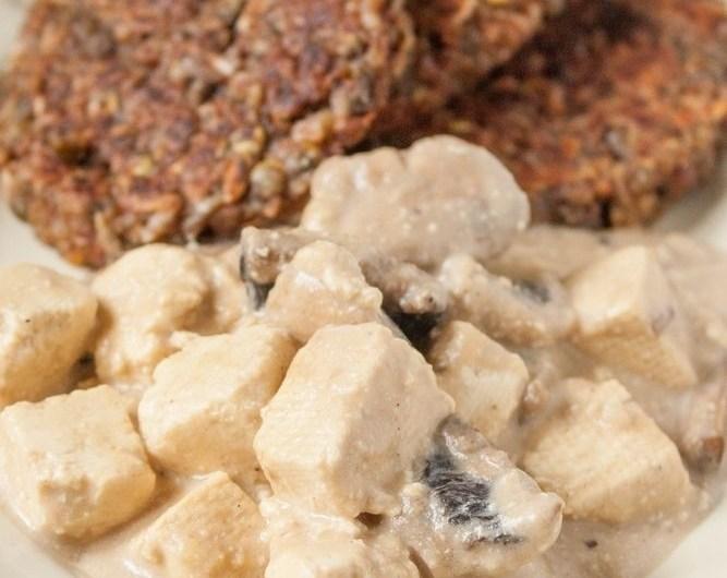 Tofu w delikatnym sosie orzechowo-pieczarkowym