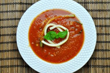 Zupa pomidorowa z makaronem z cukinii