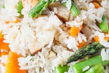 Cytrynowy ryż ze szparagami i gruszką