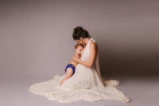 Imagem de mãe e bebê posando para foto