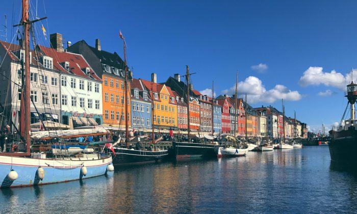 Københavns Nyhavn på en solrig dag