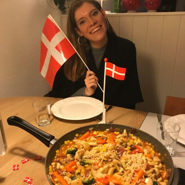Sams værtsfamilie fejrer hendes fødselsdag med danske flag og wokretter