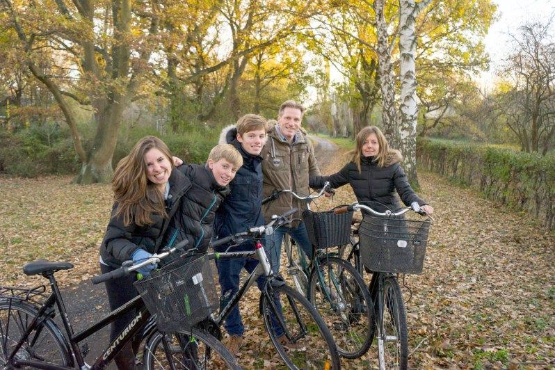 på cykeltur i det fri med værtsfamilie