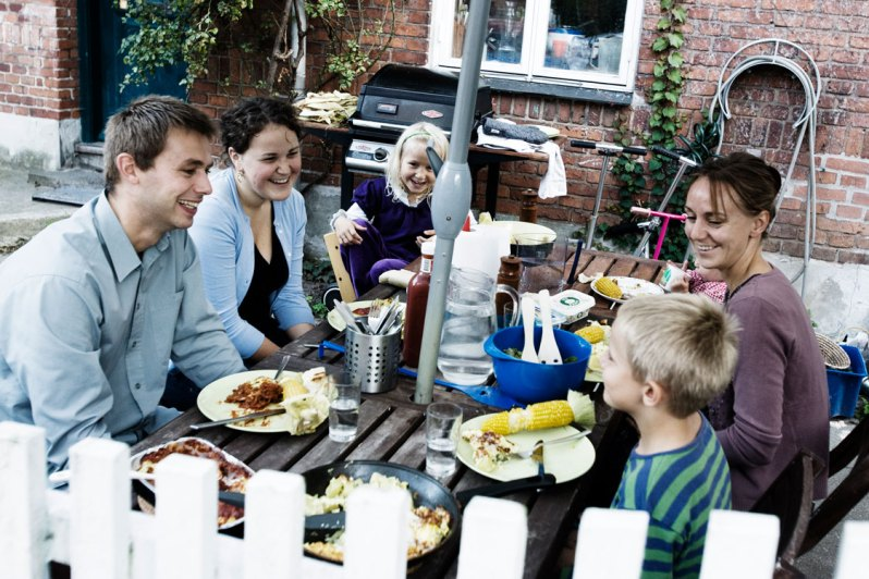 familiemiddag i gården