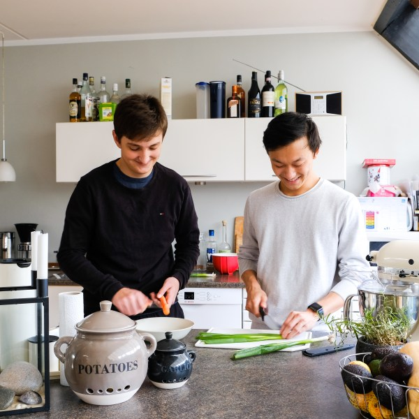 jeffrey og værtsbror oliver i køkkenet