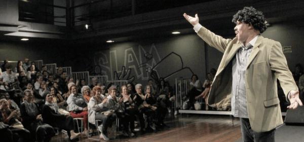 Comediante André Lucas em apresentação para idosos / Divulgação / Prefeitura do Rio