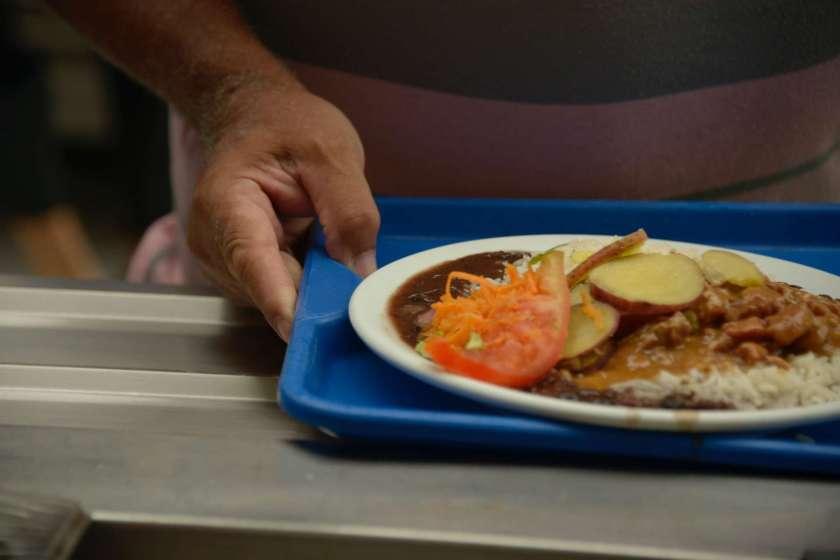 Prefeitura contrata bistrô para servir refeiçoes a moradores de rua por preço acima do mercado