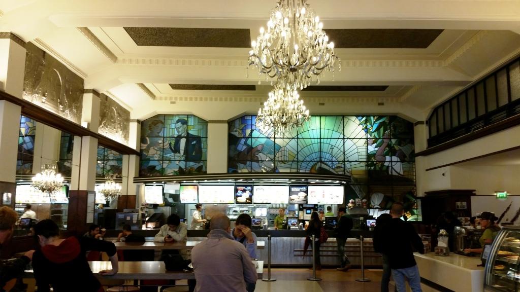 Repare na combinação entre os vitrais e os lustres! Nem parece McDonald's!