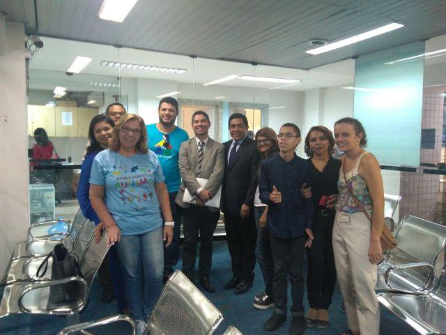 Pessoas reunidas com o deputado Bordalo, em uma sala.