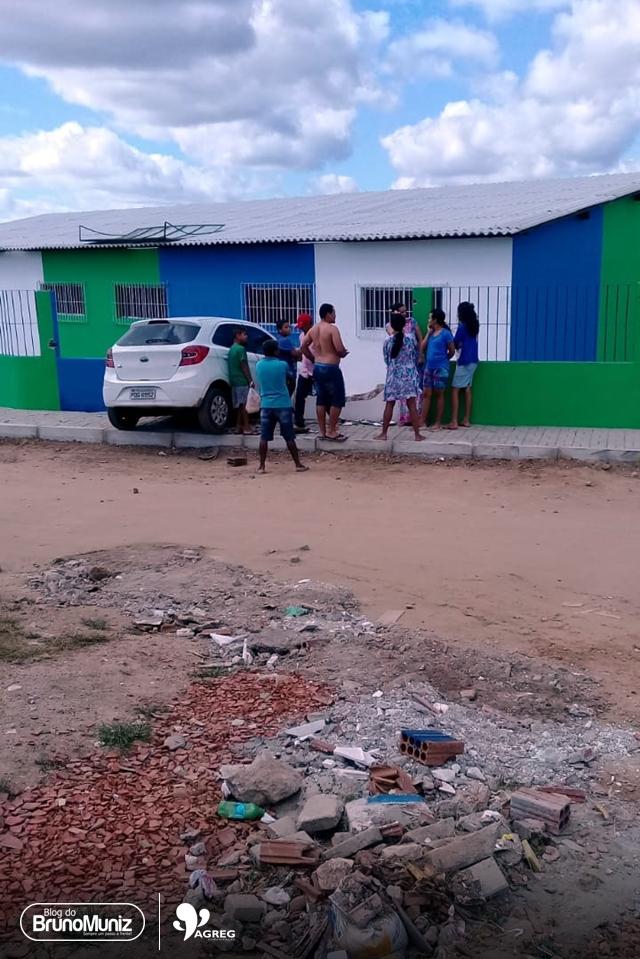 Criminoso rouba carro e colide em escola no município de Stª Cruz do Capibaribe