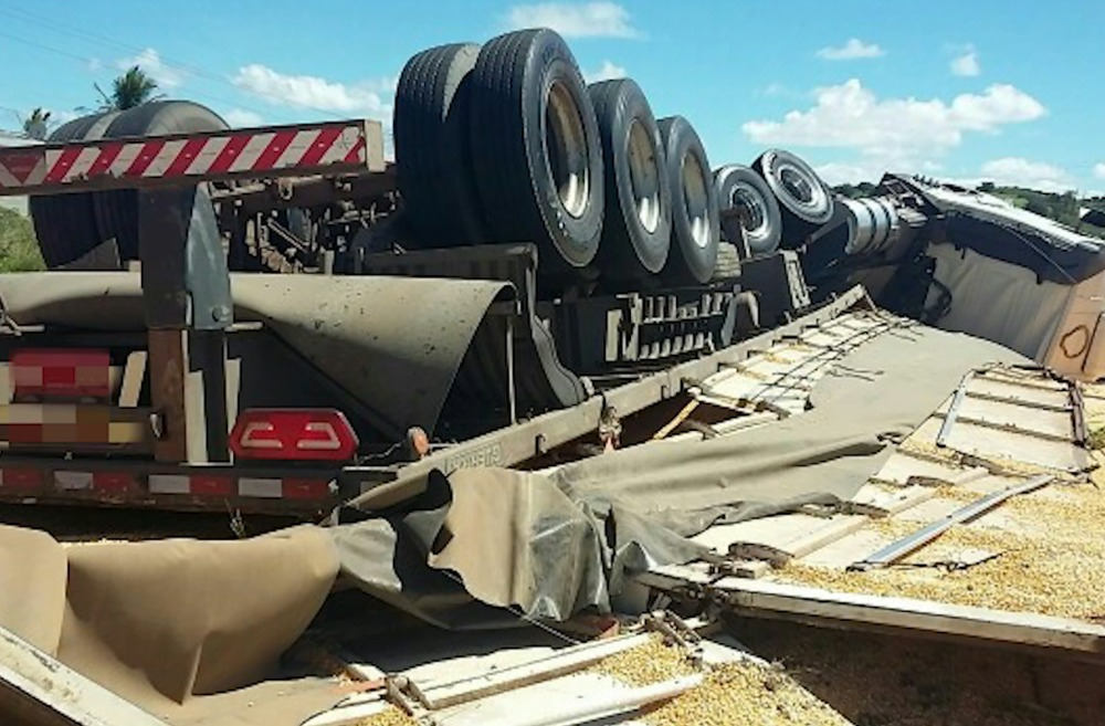 Caminhão tomba com carga de milho na BR-104, em Caruaru