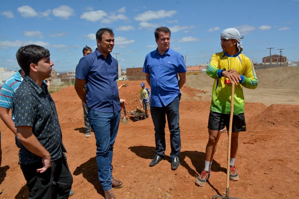 Edson Vieira acompanha obras da nova pista de bicicross em Santa Cruz do Capibaribe