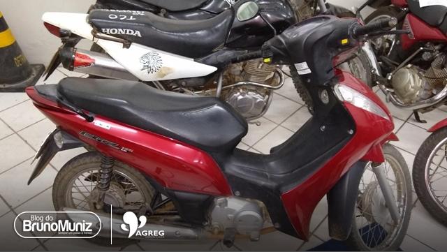 Menores são apreendidos com simulacro, motocicleta e celulares roubados