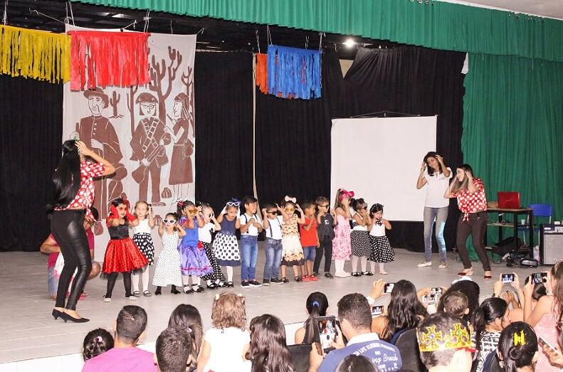 Alunos da Escola Primeiro Mundo participam de apresentações folclóricas