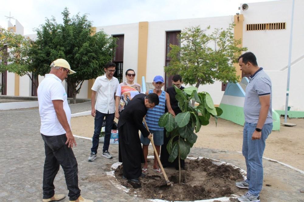 Gameleira é plantada em celebração do centenário da Paróquia do Senhor Bom Jesus dos Aflitos e São Miguel