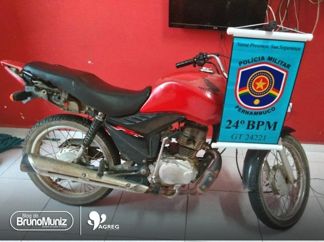 Adolescente é apreendido com motocicleta roubada em Vertentes