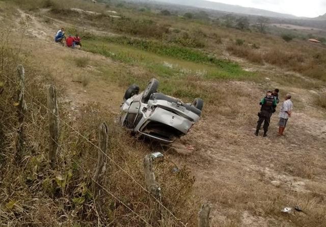 Após ser atingido por tiros, homem capota veículo e morre na cidade de Caruaru