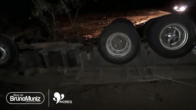 População rouba carga de caminhão após acidente da BR-104