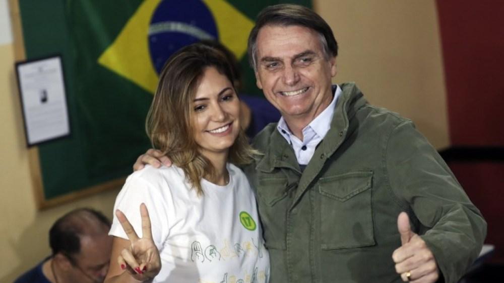 Bolsonaro vota com a esposa no Rio de Janeiro