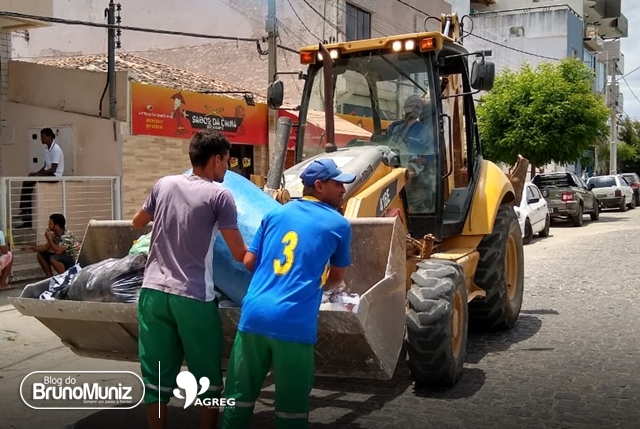 Em Santa Cruz do Capibaribe lixo é coletado por máquina utilizada em obras de construção