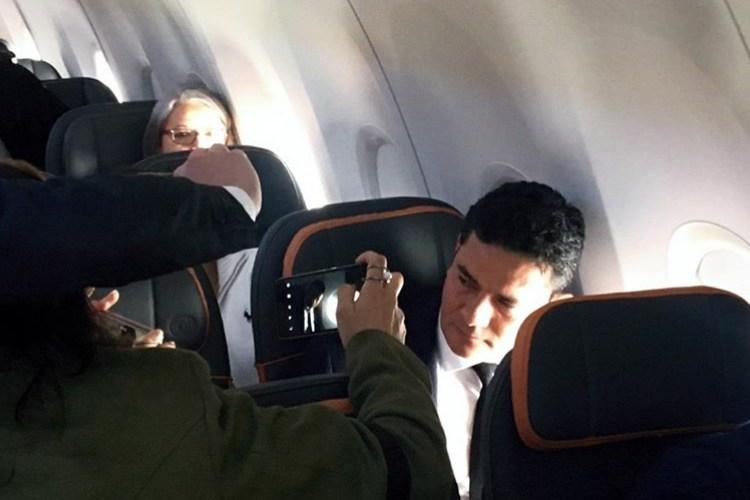 'O país precisa de uma agenda anticorrupção e anticrime organizado', diz Moro no voo para se encontrar com Bolsonaro