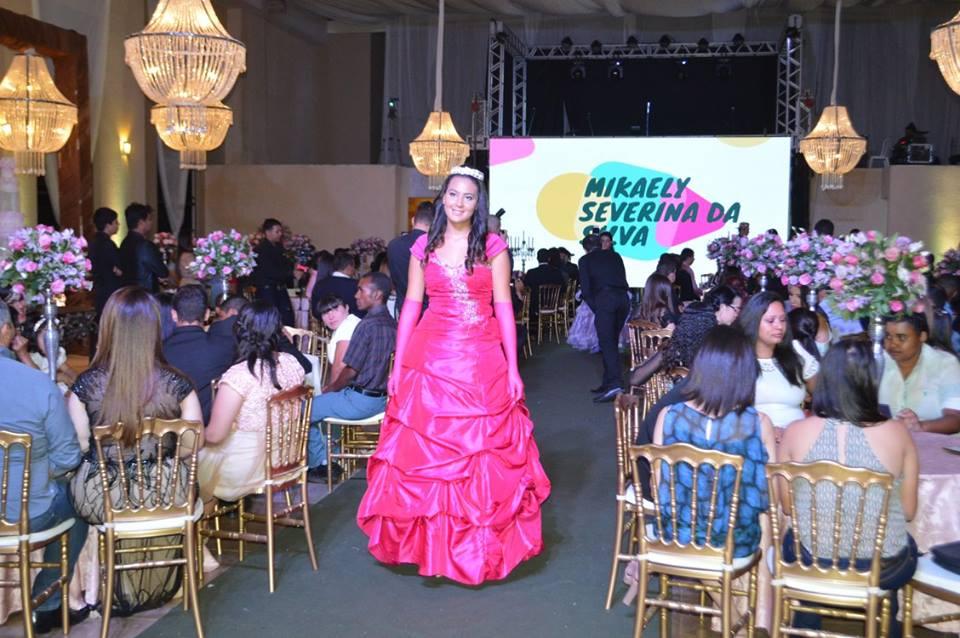 Prefeitura de Toritama realiza festa de debutantes para alunas que tiraram boas notas no ano letivo
