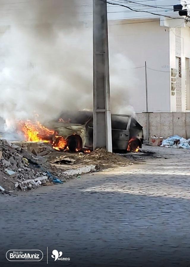 Veículo pega fogo em via pública de Santa Cruz do Capibaribe