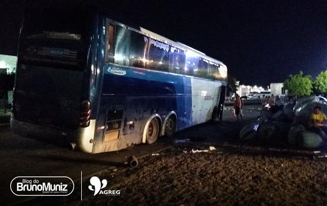Motorista de ônibus fica ferido após acidente em centro de compras de Santa Cruz